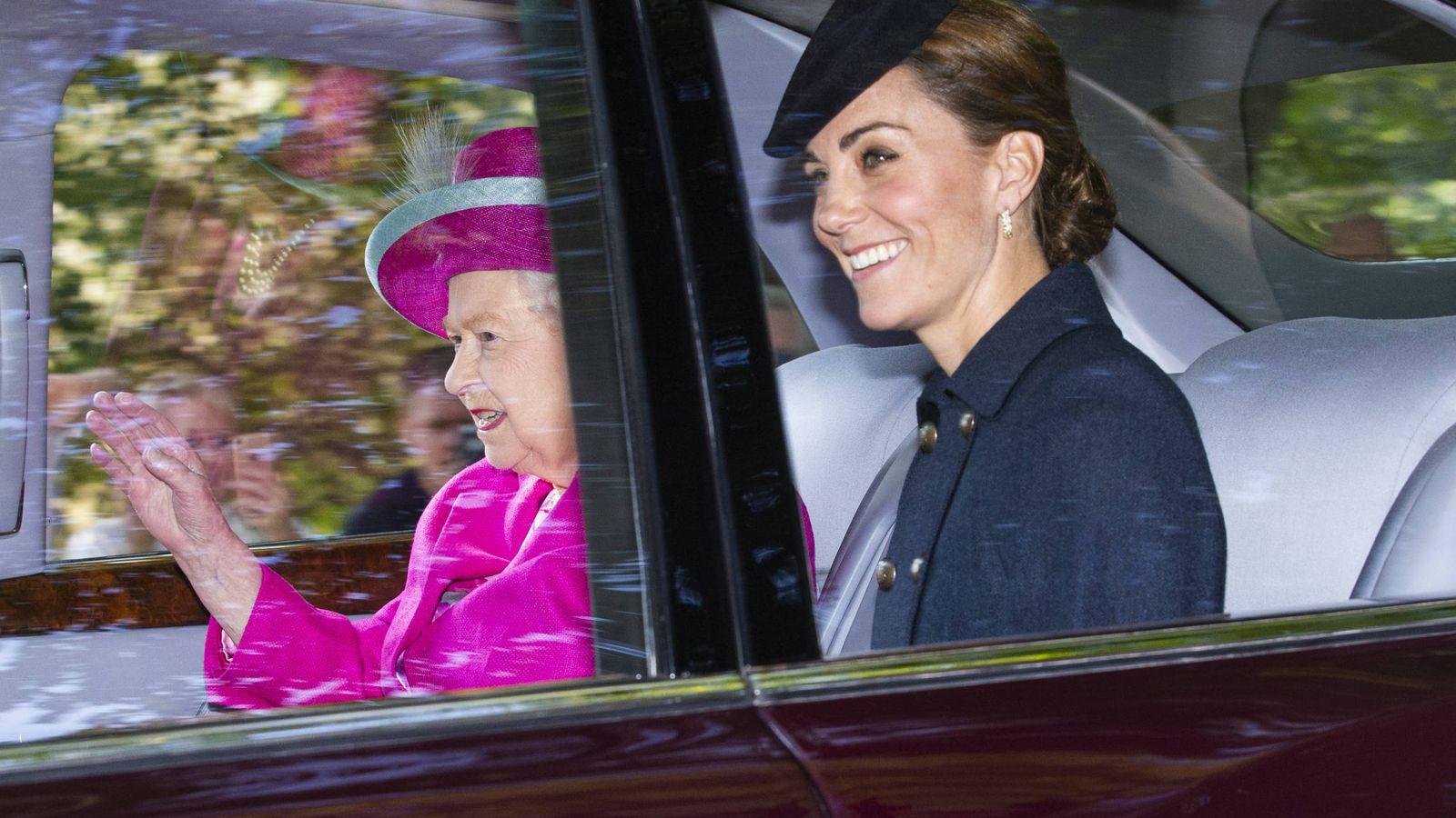 Foto: Isabel II y Kate Middleton camino de misa. (Getty)