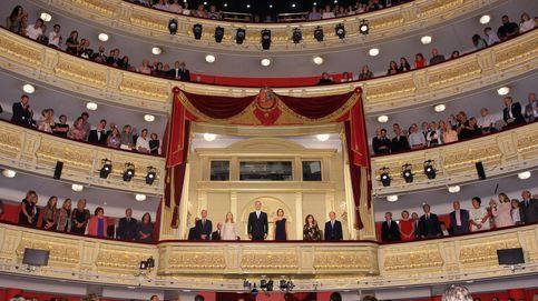 Lazos amarillos y abucheos: la tensión del 'procés' se cuela en el Teatro Real