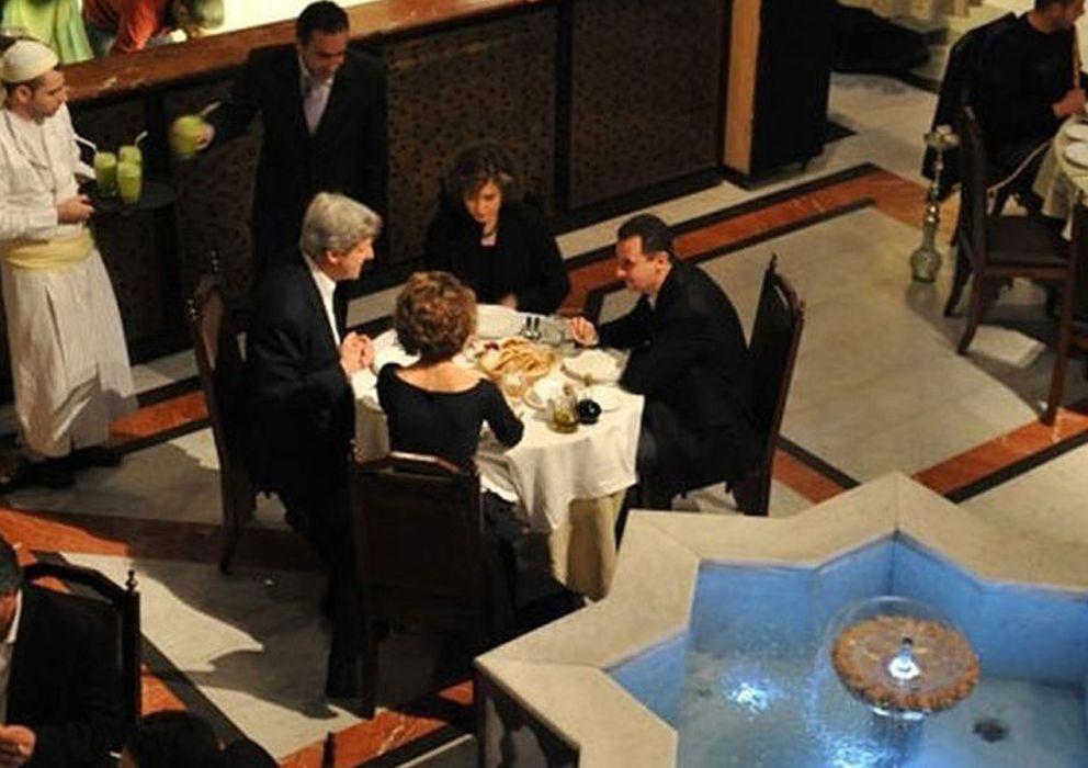 Foto: John Kerry cena con Bachar al Asad en restaurante de Damasco en febrero de 2009 (Buzz Feed).
