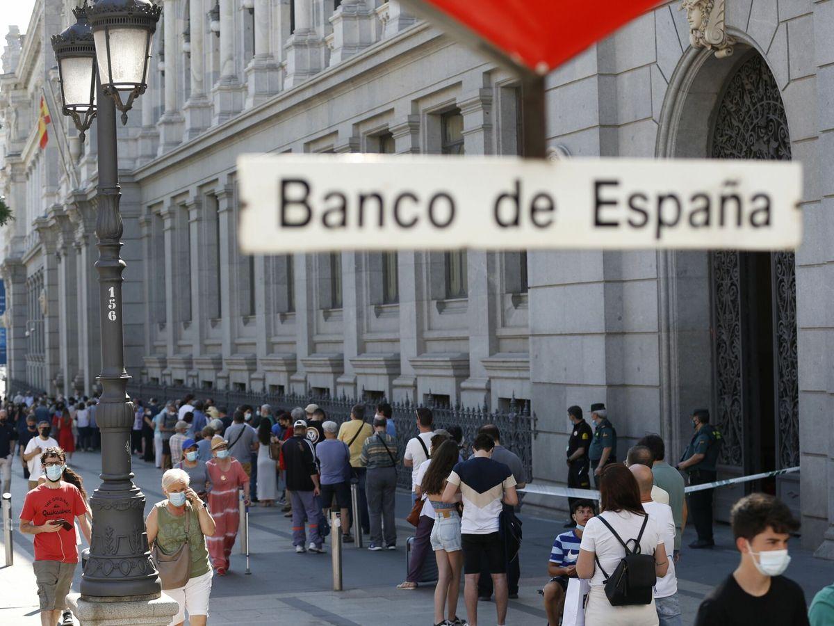 Foto: Colas en el Banco de España para cambiar pesetas. (EFE)