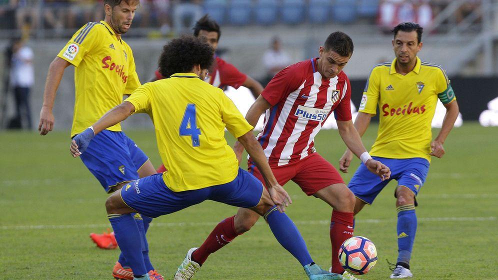 Foto: Santos Borré en el Trofeo Carranza con el Atlético de Madrid (Román Ríos/EFE)