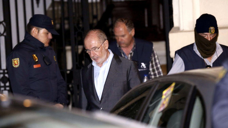 Foto: Rato abandona su despacho al concluir el registro de funcionarios de la AEAT (Foto: P. López Learte)