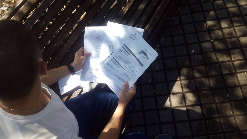 Foto: Miguel, con la demanda que ha puesto ante el TSJM.