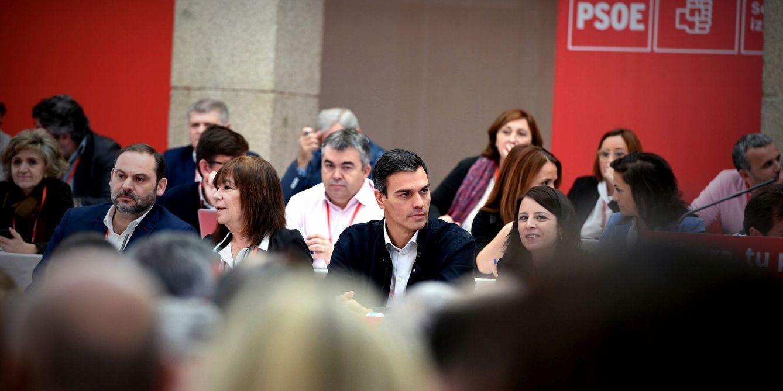 Foto: Pedro Sánchez, junto a Cristina Narbona y José Luis Ábalos, este 11 de noviembre al comienzo del comité federal del PSOE. (EFE)