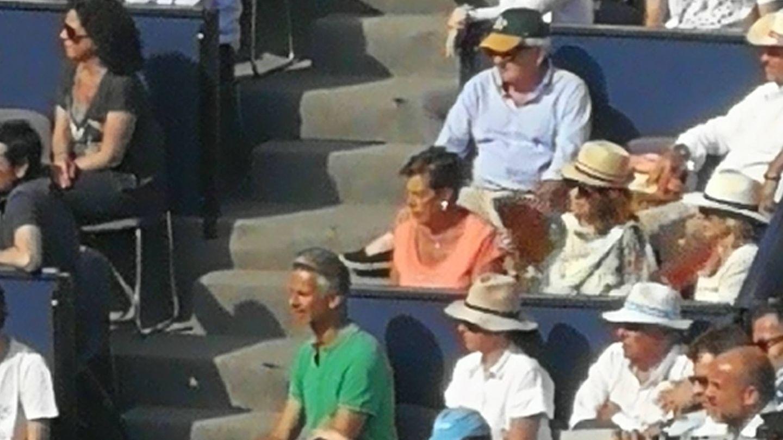Marisa Vicario, con camiseta rosa, en el Torneo Conde de Godó. (Vanitatis)