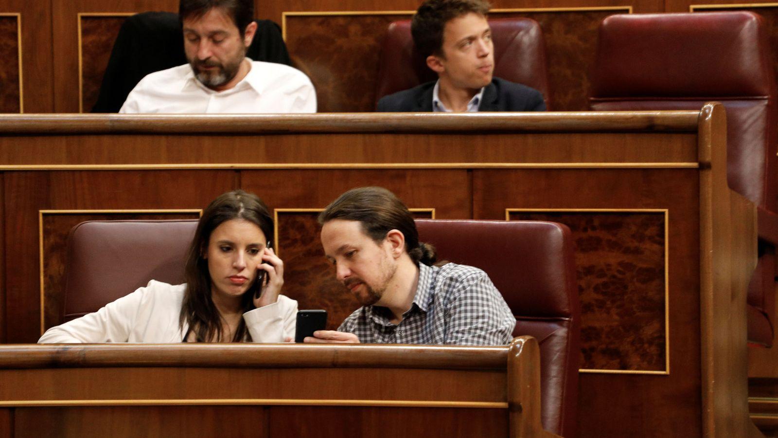 Foto: Irene Montero y Pablo Iglesias, en sus escaños en el Congreso. (EFE)