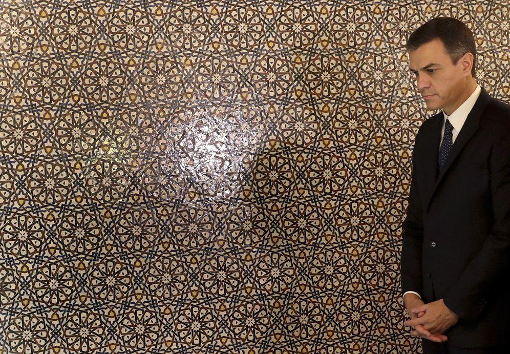 Foto: Pedro Sánchez, visitando el mausoleo de Mohamed V a su llegada este lunes a Rabat, antes de su audiencia con el primer ministro y con el rey. (EFE)