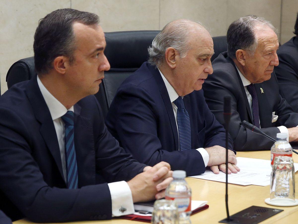 Foto: El exministro del Interior en funciones, Jorge Fernández Díaz (c), junto al exsecretario de Estado de Seguridad, Francisco Martínez Vázquez (i). (EFE)
