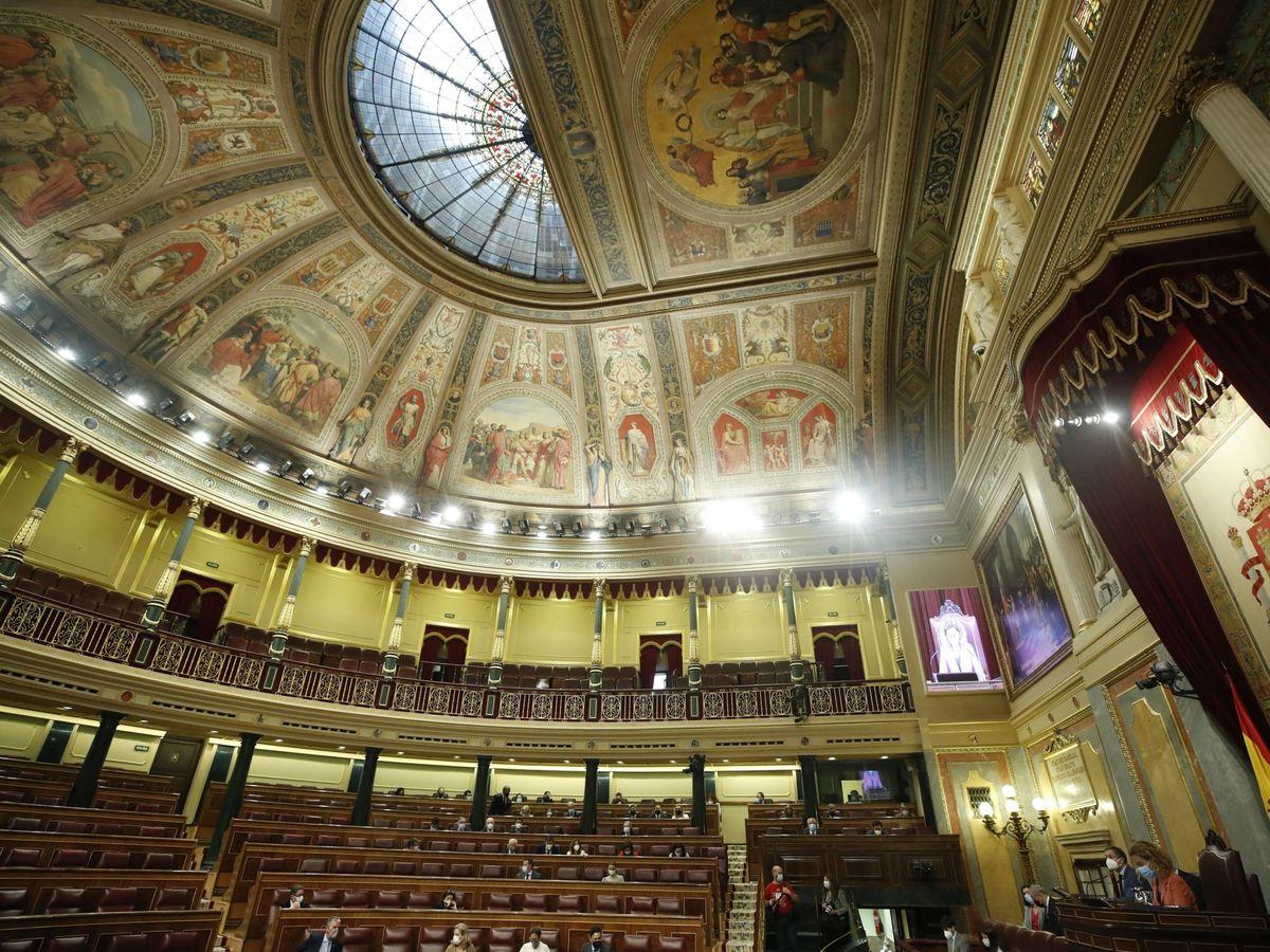 Foto: Vista general de los diputados que asisten al pleno del Congreso. (EFE)