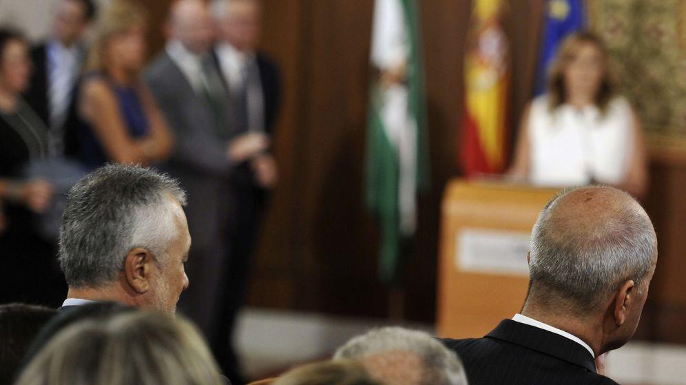 Foto: Susana Díaz toma posesión de su cargo como presidenta de la Junta de Andalucía, en presencia de los dos presidentes anteriores, José Antonio Griñán (i), y Manuel Chaves. (EFE)
