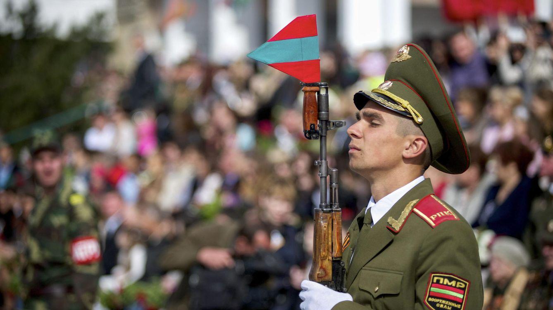 Foto: Un soldado transnistrio durante el desfilde del Día de la Victoria de la IIª Guerra Mundial, el 9 de mayo de 2014 (EFE)