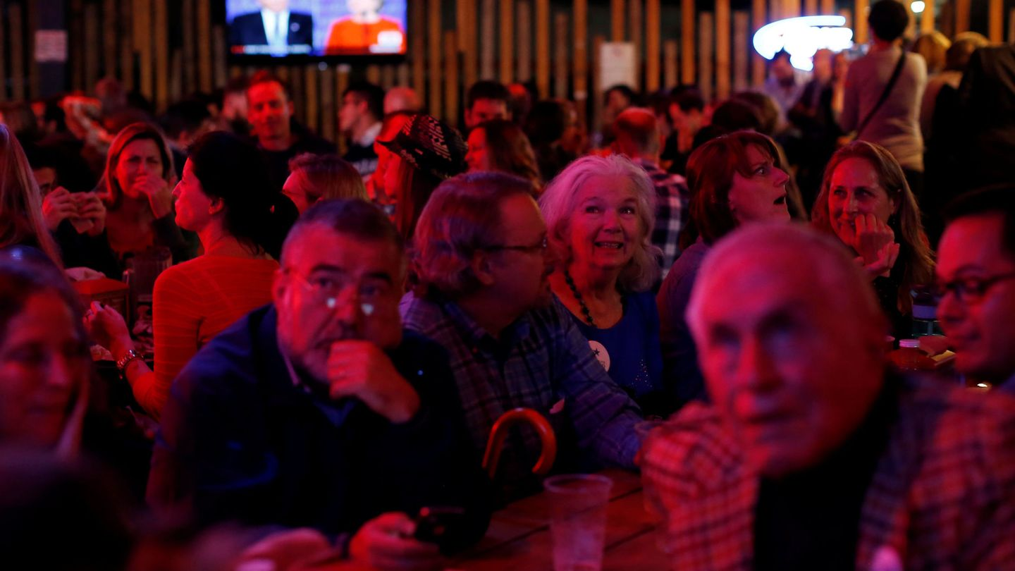 People, including U.S. Democrats living in Mexico, watch a television broadcast of the first presidential debate between U.S. Democratic presidential candidate Hillary Clinton and U.S. Republican presidential nominee Donald Trump, in a restaurant in Mexico City, Mexico September 26, 2016.  REUTERS Carlos Jasso