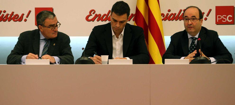 Foto: El secretario general del PSOE, Pedro Sánchez (c) y el presidente y el primer secretario del PSC, Àngel Ros (i) y Miquel Iceta (Efe)