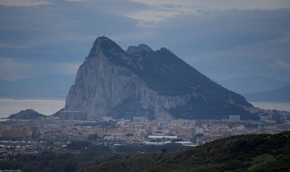 Foto: La roca de Gibraltar y La Línea de la Concepción. (Reuters)