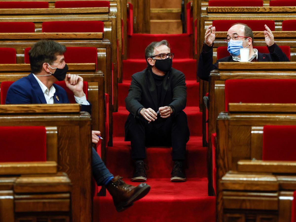 Foto: Miquel Iceta (d) conversa con los diputados de ERC Sergi Sabrià (i) y Josep Maria Jové (c), durante la sesión de la Diputación Permanente del Parlament. (EFE)