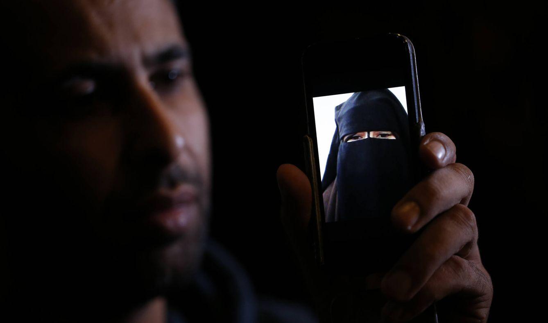 Foto: Foad, hermano de Nora, una joven francesa de 15 años que huyó a Siria para vivir en el Califato, muestra una foto en París (Reuters).