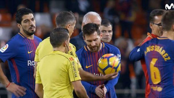 Foto: Leo Messi protestando al árbitro su 'no gol'. (Foto: Movistar)