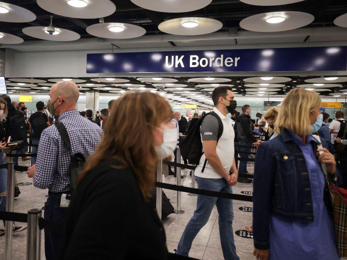 Foto: Viajeros en la terminal 5 del aeropuerto de Heathrow. (Reuters)