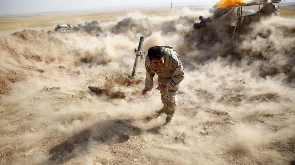 Foto: Un peshmerga kurdo lanza proyectiles de mortero contra posiciones del ISIS cerca de Mosul, Irak (Reuters).