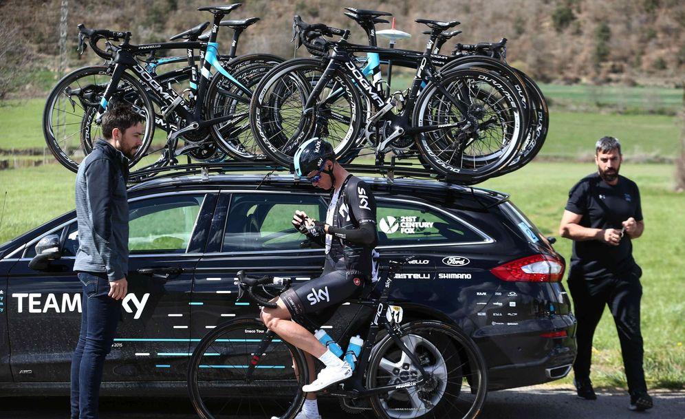 Foto: Froome, ante un coche de su equipo. (EFE)