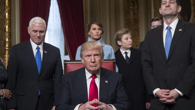 Foto: El presidente Donald Trump acompañado de los líderes del Congreso y su familia, mientras firma oficialmente sus nominaciones al gabinete en la Sala Presidencial del Senado del Capitolio. (EFE)