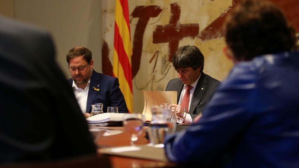 Foto: Oriol Junqueras y Carles Puigdemont, durante la reunión del Consell Executiu de este 24 de octubre.  (Reuters)