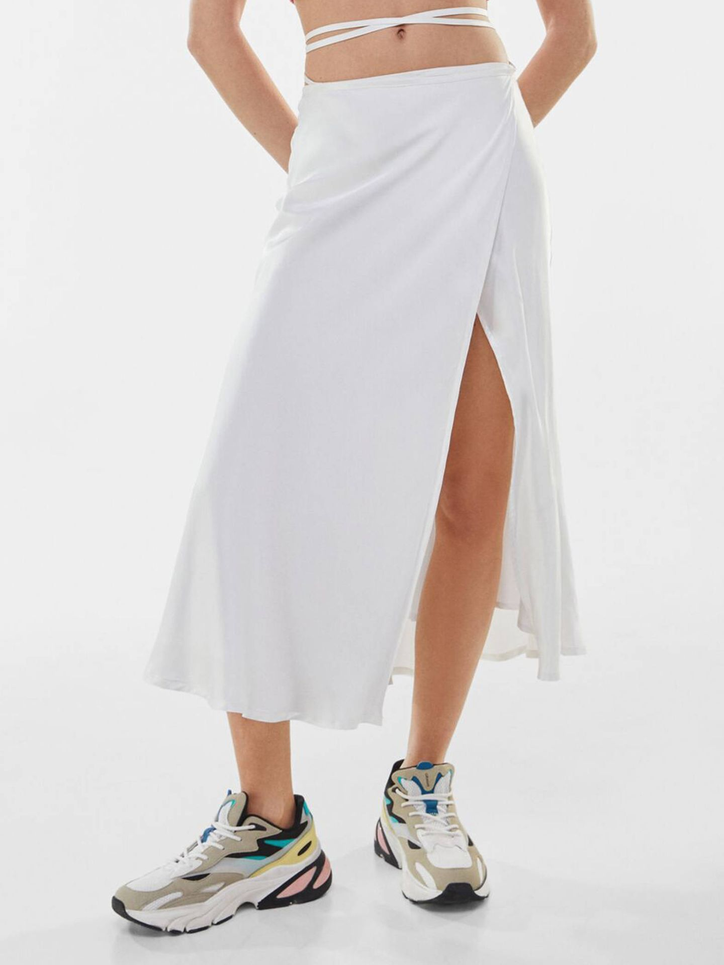 Falda midi de Bershka. (Cortesía)