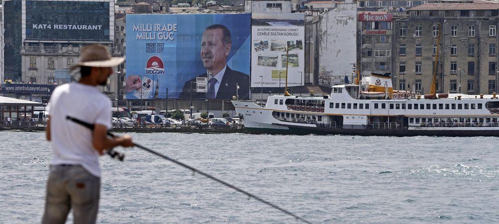 Foto: Un hombre pescando en Estambul (EFE)