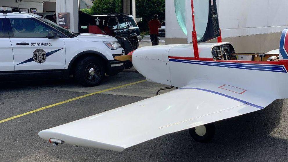 Una avioneta, obligada a realizar un aterrizaje de emergencia en una carretera con coches circulando