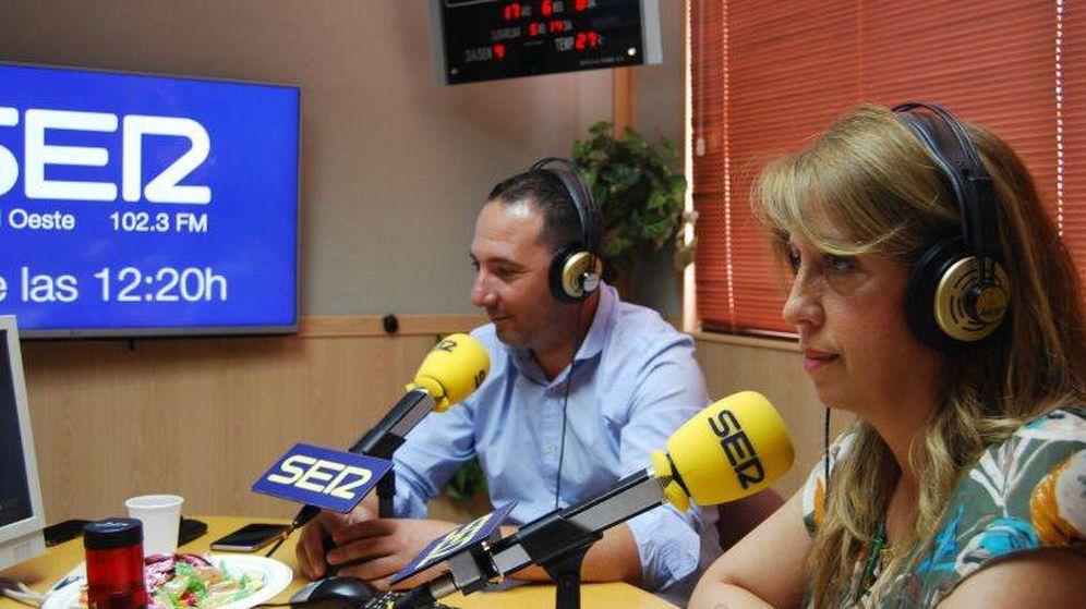 Foto: El alcalde de Serranillos, Iván Fernández, y la regidora de Moraleja, Valle Luna, los dos ayuntamientos que han denunciado a la interventora. (Foto: Cadena SER)