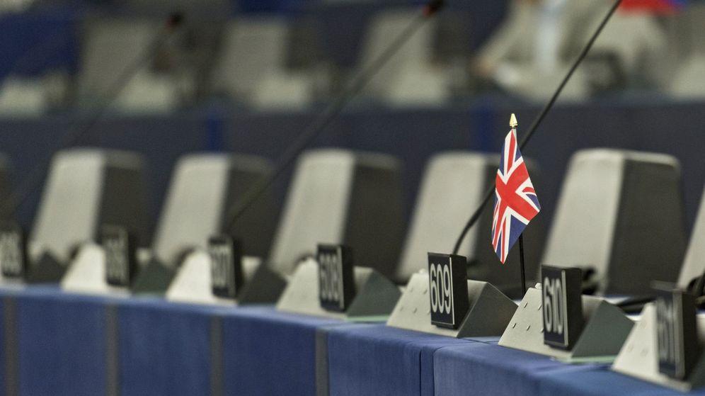 Foto: Vista de la bandera británica en uno de los escaños del Parlamento Europeo. (EFE)