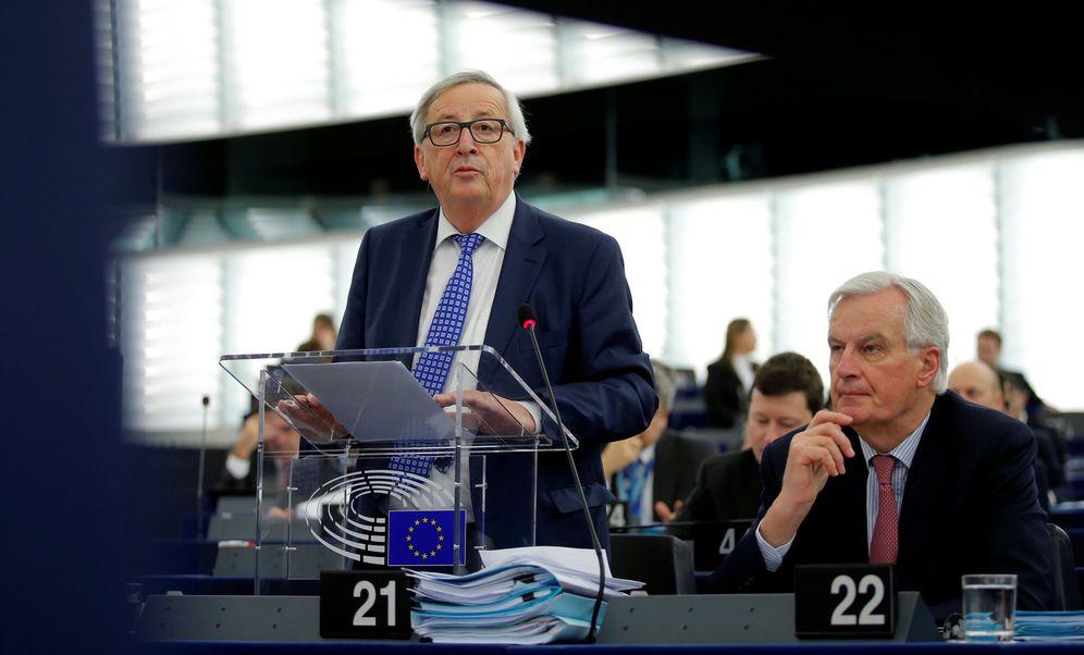 Foto: Michel Barnier escucha a Juncker durante su comparecencia en el Parlamento Europeo, en Estrasburgo. (Reuters)