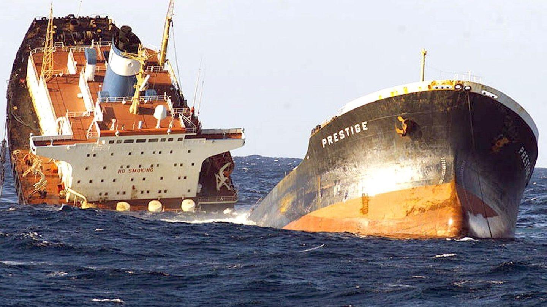 Hundimiento del Prestige en las costas gallegas en 2002. EFE