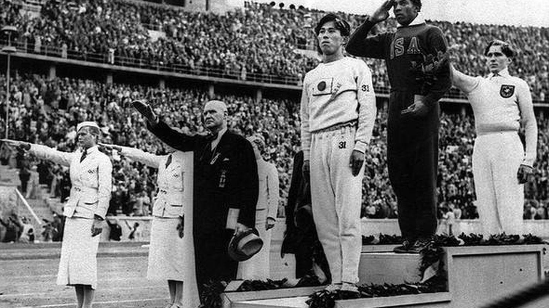 Jesse Owens se alza con el primer puesto en los Juegos Olímpicos de Berlín 1936. (Foto de archivo)