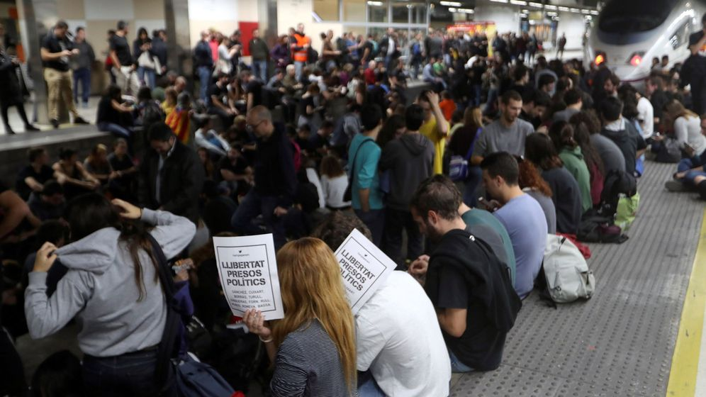 Foto: Varias decenas de manifestantes, la mayoría de ellos estudiantes, cortan seis vías del AVE de la estación de Sants de Barcelona. (EFE)