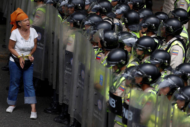 Foto: Una opositora grita frente a la policía durante una protesta a favor del revocatorio en Caracas, el 7 de junio de 2016 (Reuters).