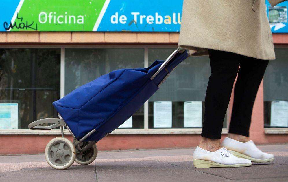 Foto: Una persona, ante una Oficina de Empleo de Barcelona. (EFE)