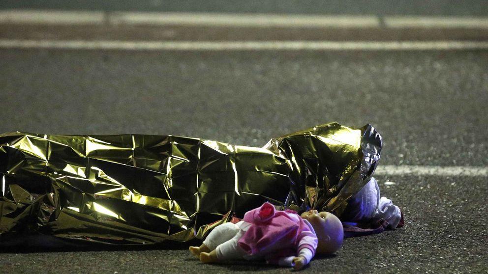 Una muñeca tirada en el suelo, la foto símbolo de la masacre de Niza