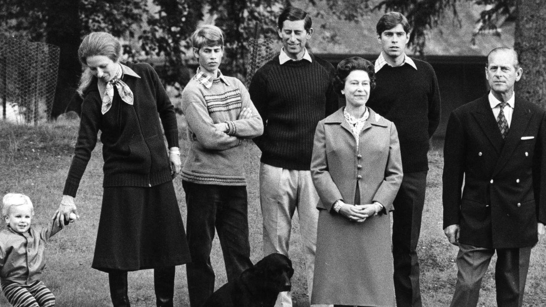El duque de Edimburgo y la reina Isabel,  con sus cuatro hijos y su primer nieto. (Cordon Press)