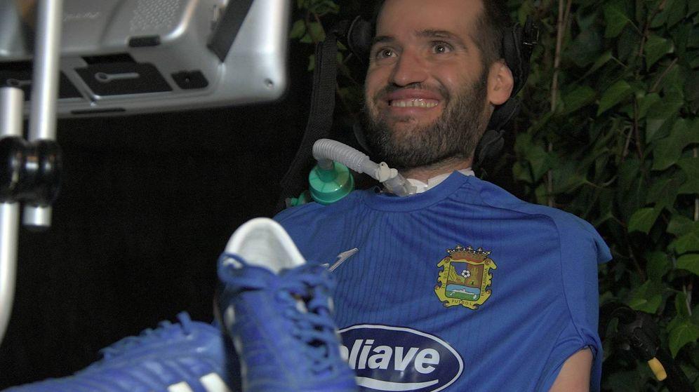 Foto: Carlos Matallanas, delante de su ordenador y con la camiseta del Fuenlabrada. (Cata Zambrano)