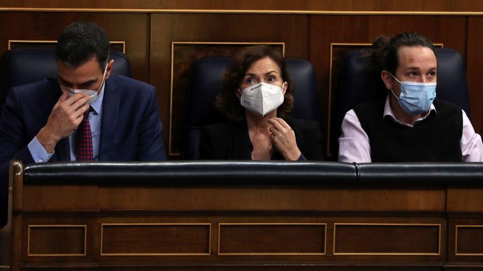 Foto: El presidente del Gobierno, Pedro Sánchez, la vicepresidenta primera, Carmen Calvo, y el vicepresidente segundo, Pablo Iglesias, en el Congreso. (EFE)