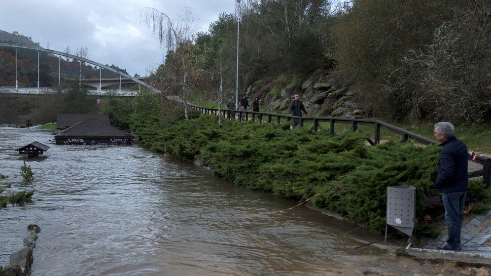 Foto: La subida del río Miño en zona termal de Outariz, en Ourense (EFE)