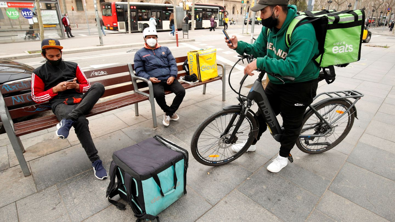 Repartidores de Glovo, Uber Eats y Deliveroo, en Barcelona. (Reuters)