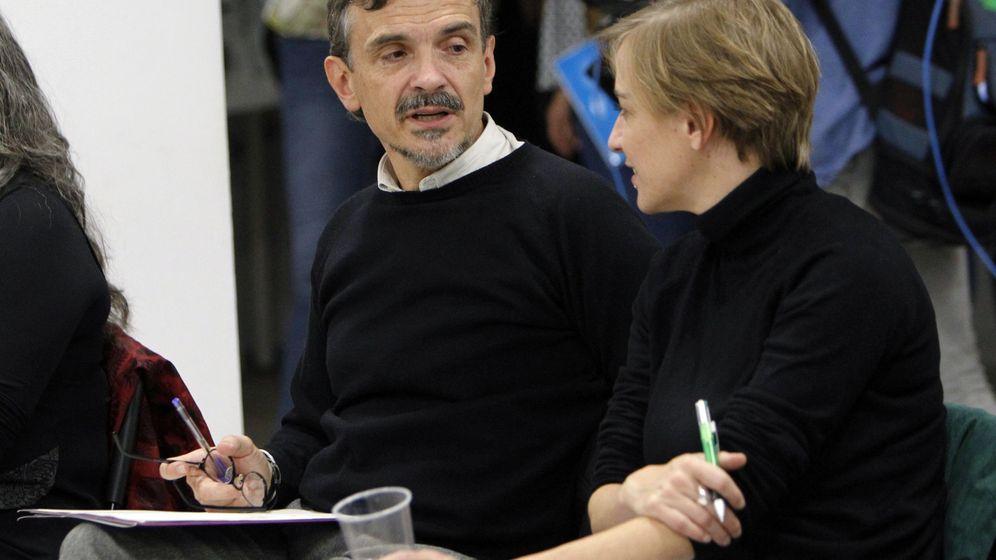 Foto: El exportavoz de Podemos en la Asamblea de Madrid, José Manuel López (i), conversa con la diputada Tania Sánchez (d), durante la constitución del CCA. (EFE)