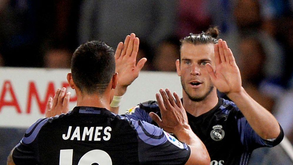 Foto: James y Bale se saludan en un partido del Real Madrid contra la Real Sociedad en Anoeta. (Efe)