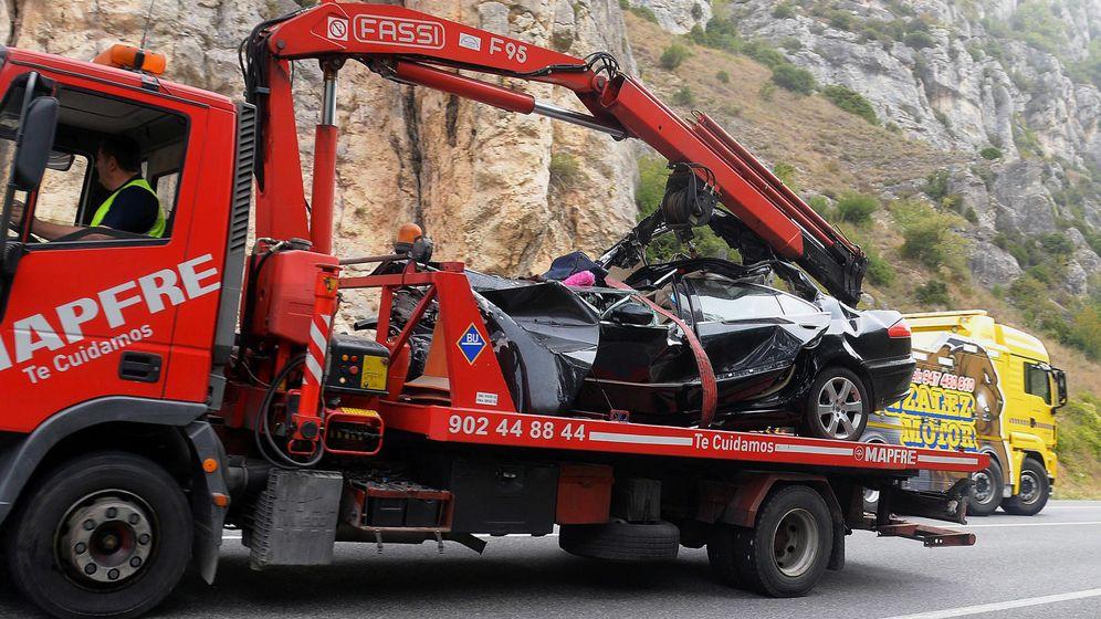 Foto: Estado en el que ha quedado el turismo tras el accidente en la N-1. (EFE)
