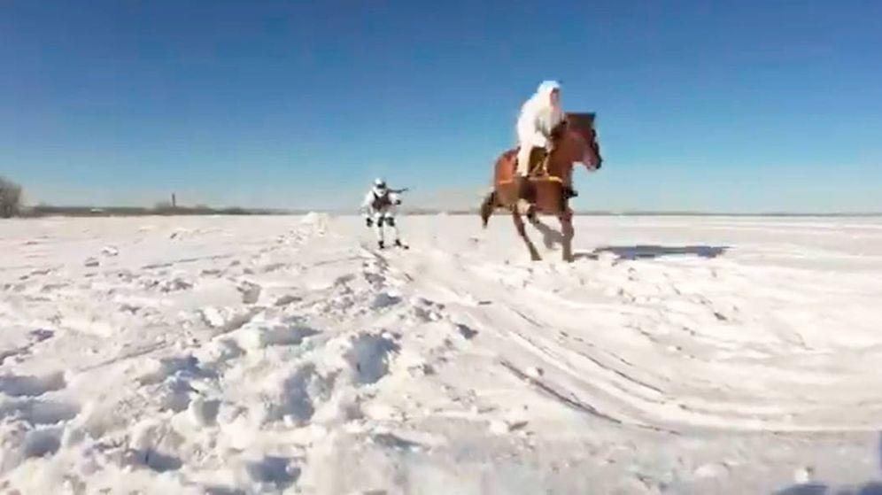 Foto: Los militares son arrastrados por caballos y tienen que realizar saltos y maniobras (Foto: YouTube)