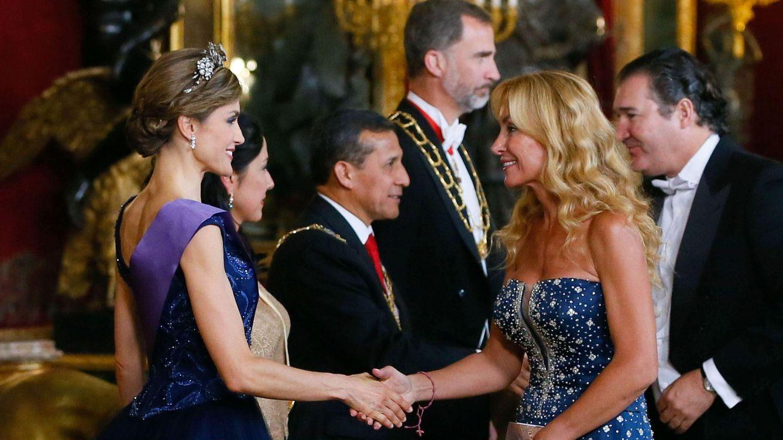 Foto: La Reina Letizia saluda a Esther Alcocer Koplowitz (Efe)