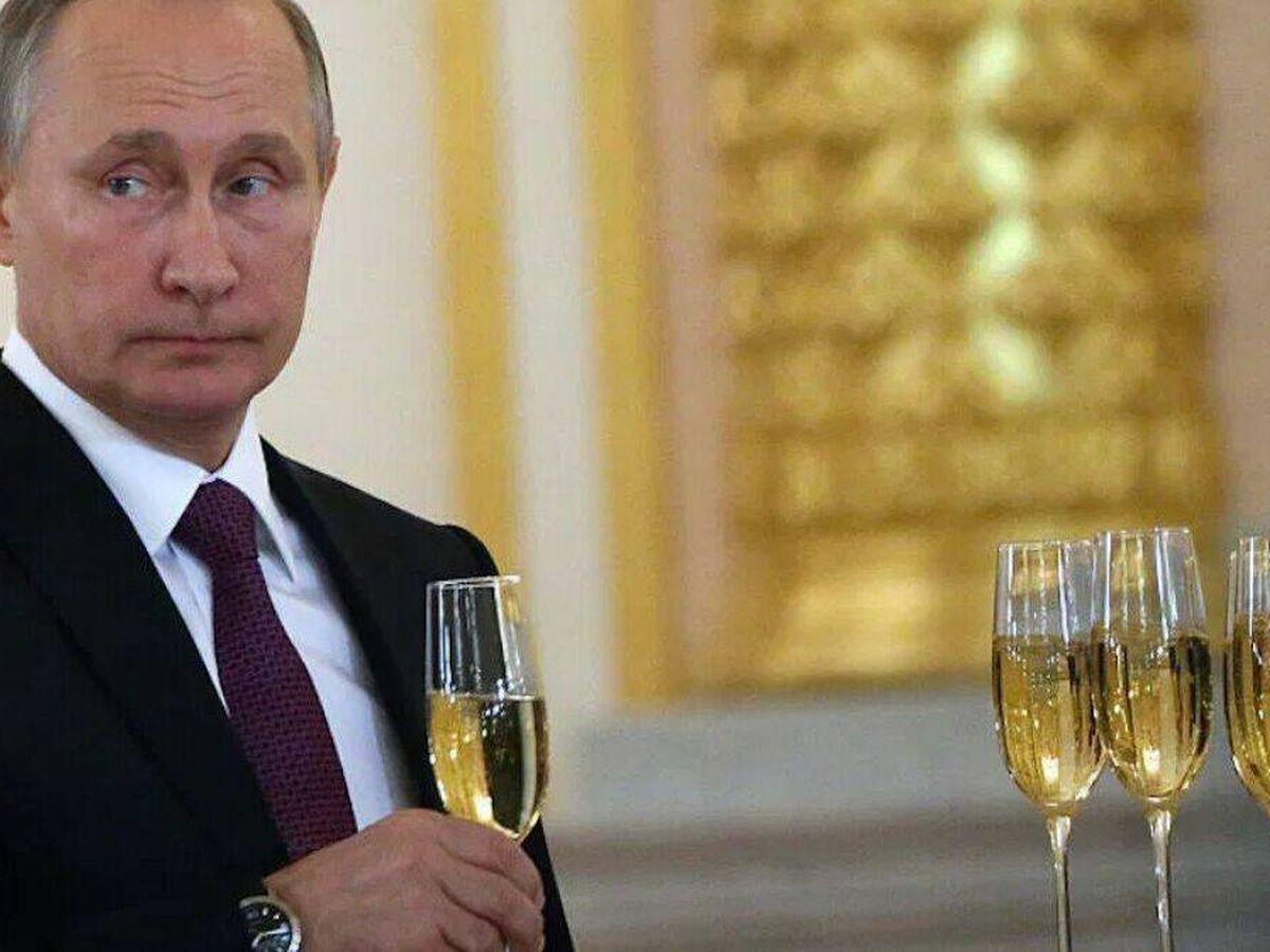 Foto: Vladimir Putin con una copa de espumoso ruso.