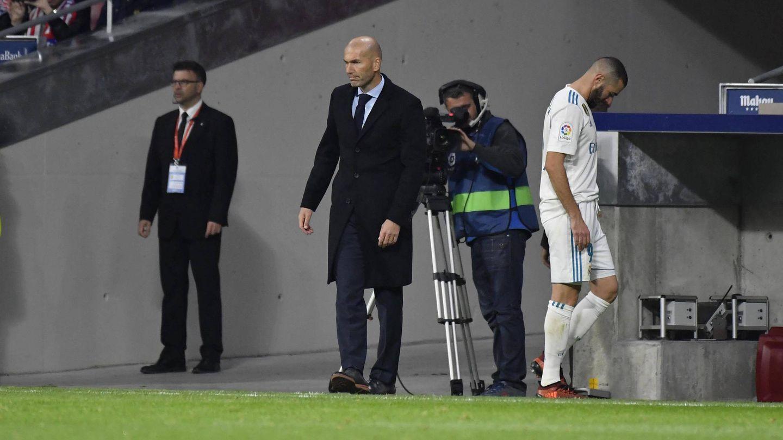 Karim Benzema, abandonando el terreno de juego del Wanda Metropolitano. (Cordon Press)